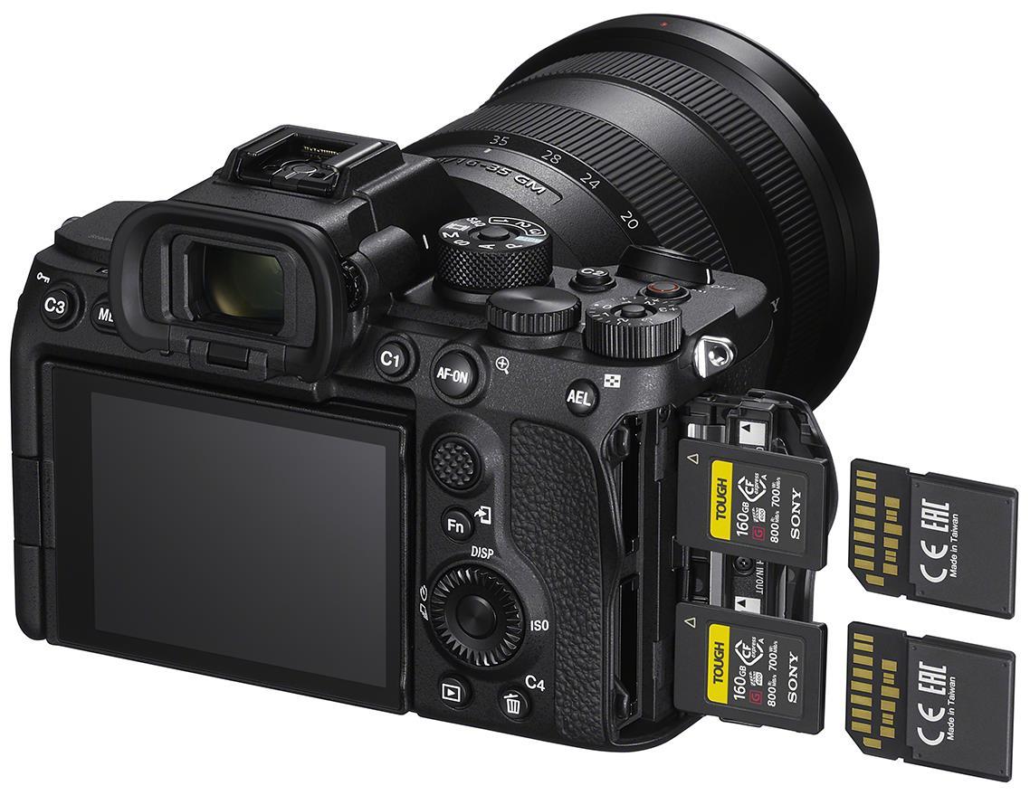 У камеры Sony A7S III два двойных слота для карт памяти