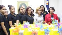 Lucia Medina entrega presente a Secretarias de San juan en su Día