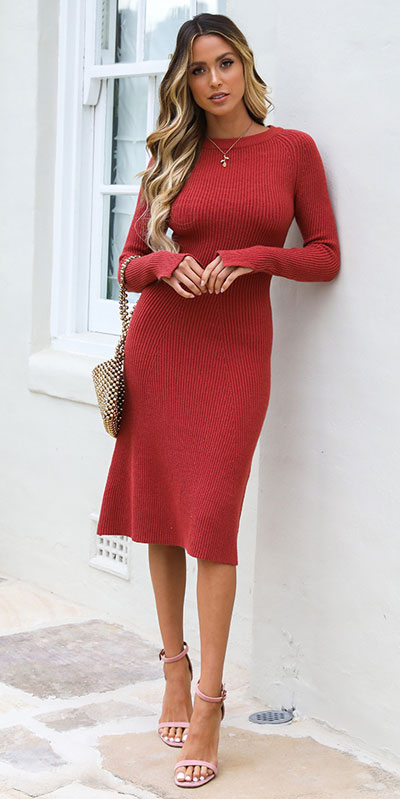 No matter what kind of date night you have planned for Valentine's Day. Here are 29 Romantic Valentines Day Outfits to Wow Your Date. Women's style + Fashion via higiggle.com | red midi dress | #valentine #fashion #romance #dress