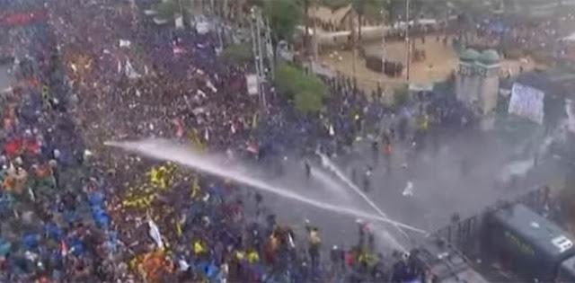 Rusuh, Polisi Tembakkan Gas Air Mata, Massa Balas Pakai Batu