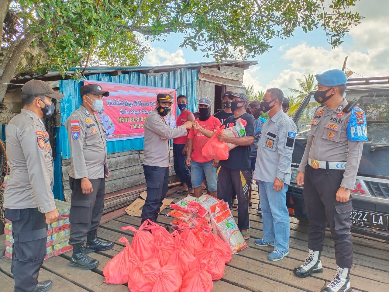 Bagikan Paket Sembako Kepada Buruh di Hari Buruh, Kapolsek Daik Lingga Himbau Masyarakat Terapkan Protkes