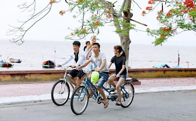 bersepeda bersama dengan teman baru