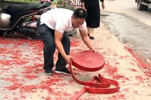 Đám cưới đốt pháo đỏ đường Hà Nội: Lai lịch 'ông trùm' bố chú rể?