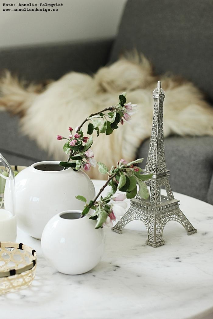 Eiffeltorn prydnad, eiffeltornet i inredningen, inredning, eiffeltower, silver, vita vaser, äppelkvistar, webbutik, webbutiker, webshopp, korg, korgar, brödkorg, brödkorgar, honungssked, honung, sked, skedar, bringar kosta boda, numrerad, handgraverad, annelies design, marmor bord, vardagsrum, vardagsrummet, fårskinn, skinn, fäll, fårfäll, isländskt, isländska, kudde, elce stockholm, svart och vitt, svartvit, kuddar, kuddfodral, soffa, bäddsoffa,