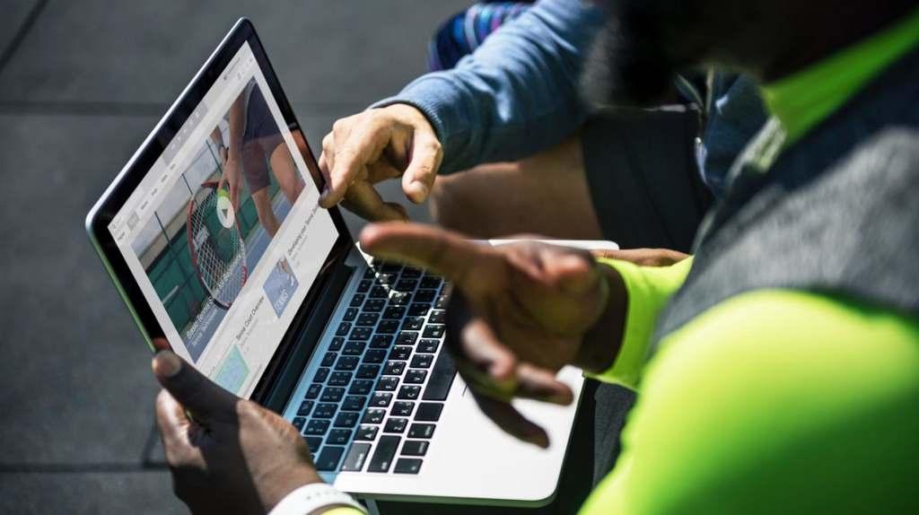"""Em 2020, os vídeos tornaram-se uma escapatória do isolamento social, seja para fins de entretenimento, educação ou trabalho. Essa mudança brusca de comportamento do consumidor forçou as marcas a reinventarem suas estratégias de video marketing, práticas que terão reflexos em 2021. """"Com o público ainda fragilizado pelo ano difícil, empresas devem investir em campanhas baseadas na transparência e no conteúdo personalizado para gerar aproximação e confiança"""", afirma o produtor André Sobral, da Abrolhos Content."""