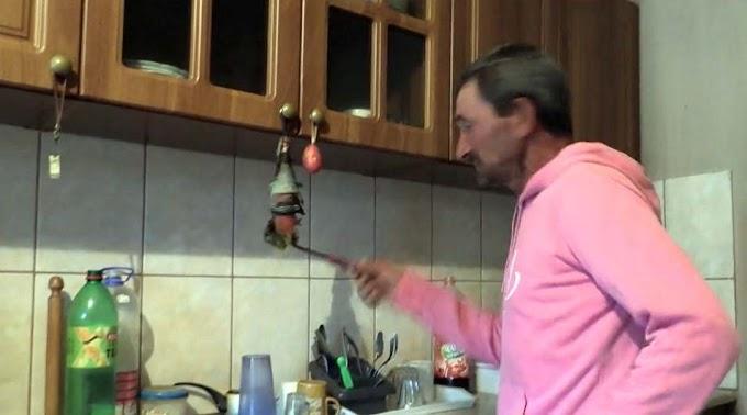 Támadás Tiszadobnál: nyakon szúrta a munkaadóját, mert nem húzta le maga után a vécét (videó)
