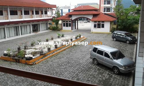 INDAH :  Sekilas halaman hotel Sentosa Singkawang ini mirip penginapan camp remaja/Agrowisata Salip Putih di Salatiga,  Ada pemandangan gunung id depannya.  Foto Asep Haryono