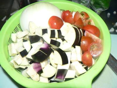 ナスとトマトを切る