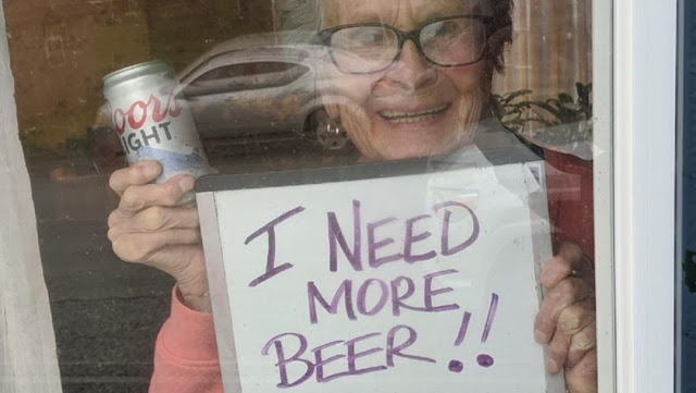 """""""¡Necesito más cerveza!"""", pide abuelita en cuarentena"""