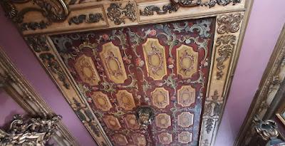 tecto trabalhado com madeira talhada