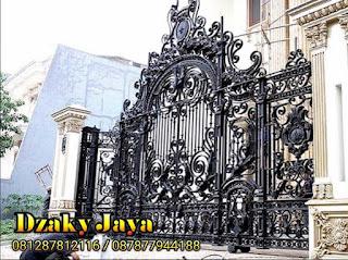 Foto pagar besi tempa mewah yang dipasangkan dengan rumah mewah klasik.
