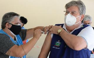 João Azevêdo recebe primeira dose da vacina contra a Covid-19