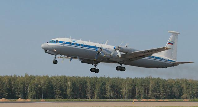 O modelo militar IL-18, um quadrimotor turboélice, transportava 32 passageiros e sete tripulantes