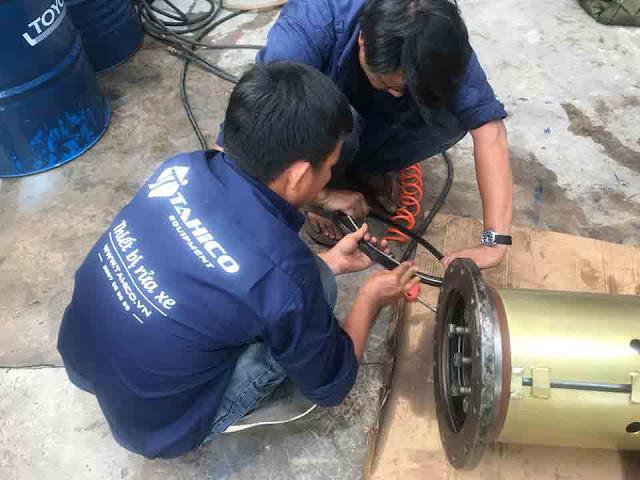 Nhân viên Tahico đang sửa chữa cầu nâng 1 trụ