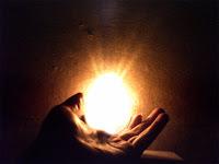 Keramet ve mucizeyi anlatan bir el içindeki parlak ışık