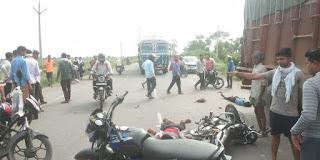 तेज रफ्तार अनियंत्रित ट्रक ने बाइक को मारी टक्कर, 3 लोगो की मौत