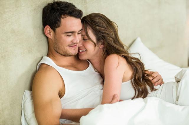 çift në krevat