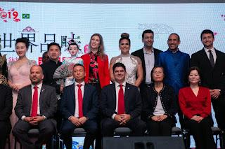 Jaqueline Maia e representantes da China e Brasil