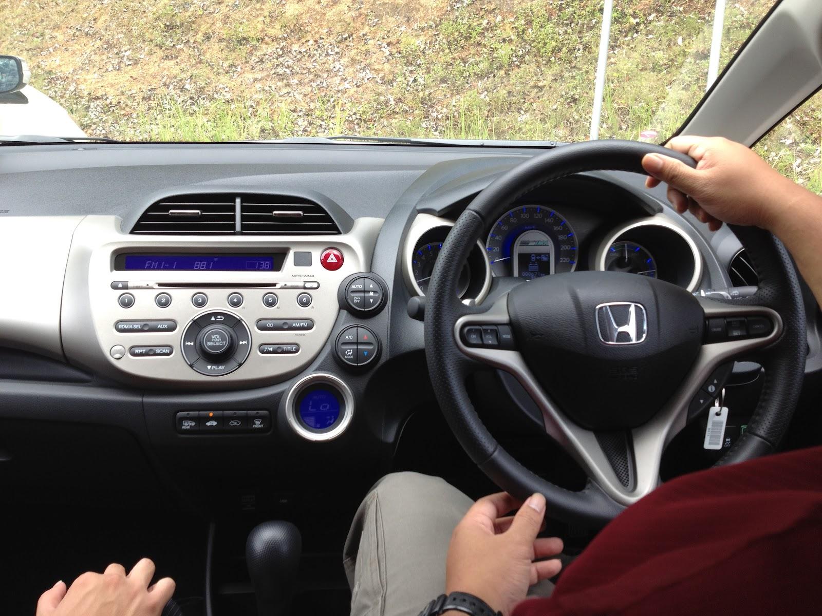 Toyota Prius C vs Honda Jazz Hybrid - The battle for the