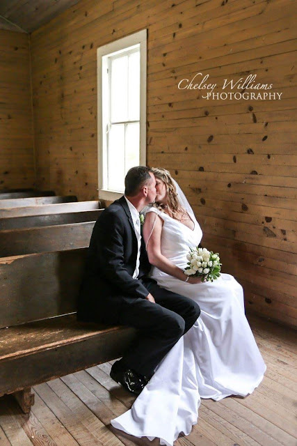 church Wedding, wedding pics, couple kissing