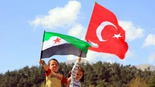 """دراسة: 40% من السوريين في تركيا راضون عن وضعهم الاقتصادي  ذكر اتحاد نقابات العمال التركي """"İş-Türk"""" في دراسة بحثية بعنوان """"اللاجئون السوريون المقيمون في تركيا والمهاجرون غير المسجلين"""" أن 40% من السوريين المقيمين بتركيا يرون أنفسهم يعيشون في ظروف طبيعية من الناحية الاقتصادية.  ويبلغ متوسط أجور السوريين في تركيا ألفين و61 ليرة تركية، بحسب الدراسة.  وقال رئيس اتحاد النقابات، إرغون أتالاي، إن السوريين يعملون بأجور تتراوح ما بين 1500 إلى 1800 ليرة تركية شهريًا، حسب مانقلته صحيفة """"Hürriyet"""" التركية.    وأجاب 39.9% من الأشخاص المشاركين بالاستبيان الذي قام به الاتحاد على سؤال: إلى أي مدى يمكنكم تلبية احتياجاتكم الضرورية مثل الطعام والمكان والمشرب؟ بأنهم يعيشون حالة طبيعية، فيما يرى 36.9% أنهم بالكاد يستطيعون تلبية احتياجاتهم.  كما اختار 12.7% من المشاركين جواب """"نستطيع تلبيتها براحة""""، بالمقابل 9.7% اختاروا """"صعب، ولا نستطيع تلبية احتياجاتنا"""".  ويتراوح المصروف الشهري لـ20.1% من المشاركين في الاستبيان بين ألفين إلى ثلاثة آلاف ليرة تركية، فين حين يبلغ الدخل الشهري لـ40.7% من المشاركين ألفين ليرة.  كما يتراوح دخل 9.6% من المشاركين بين ثلاثة آلاف إلى أربعة آلاف ليرة تركية، في حين اختار 4.9% أربعة آلاف ليرة تركية فما فوق كدخلهم الشهري.  ولم يذكر أتالاي عدد المشاركين في الاستبيان.  ووصل عدد الشركات التي يملكها سوريون في تركيا 13 ألفًا و880 شركة، بنسبة 29% من مجموع الشركات المملوكة لأجانب في البلاد، بحسب تصريحات لوزيرة التجارة التركية، روحصار بك جان، في البرلمان التركي، نقلتها صحيفة """"يني شفق"""" التركية في كانون الثاني من العام الحالي.  ويقدر إجمالي رأس مال الشركات الأجنبية بـ151 مليارًا و794 مليونًا و392 ألفًا و805 ليرات تركية، وتبلغ استثمارات السوريين منها ثلاثة مليارات و913 مليونًا و276 ألفًا و263 ليرة تركية.  ويقيم في تركيا ثلاثة ملايين و576 ألفًا و659 سوريًا، نحو 63 ألف شخص منهم يعيشون في مراكز إيواء مؤقتة، بحسب إحصائيات المديرية العامة لإدارة الهجرة لعام 2020."""