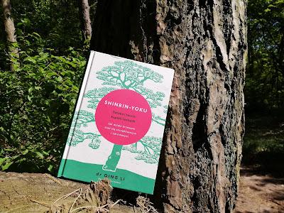 """Jak drzewa mogą pomóc nam żyć, czyli recenzja książki """"Shinrin-yoku. Sztuka i teoria kąpieli leśnych"""" Qing Li."""
