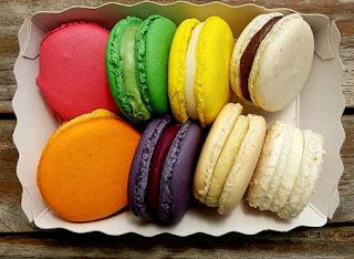 Makeita ja värikkäitä kahvileipiä.