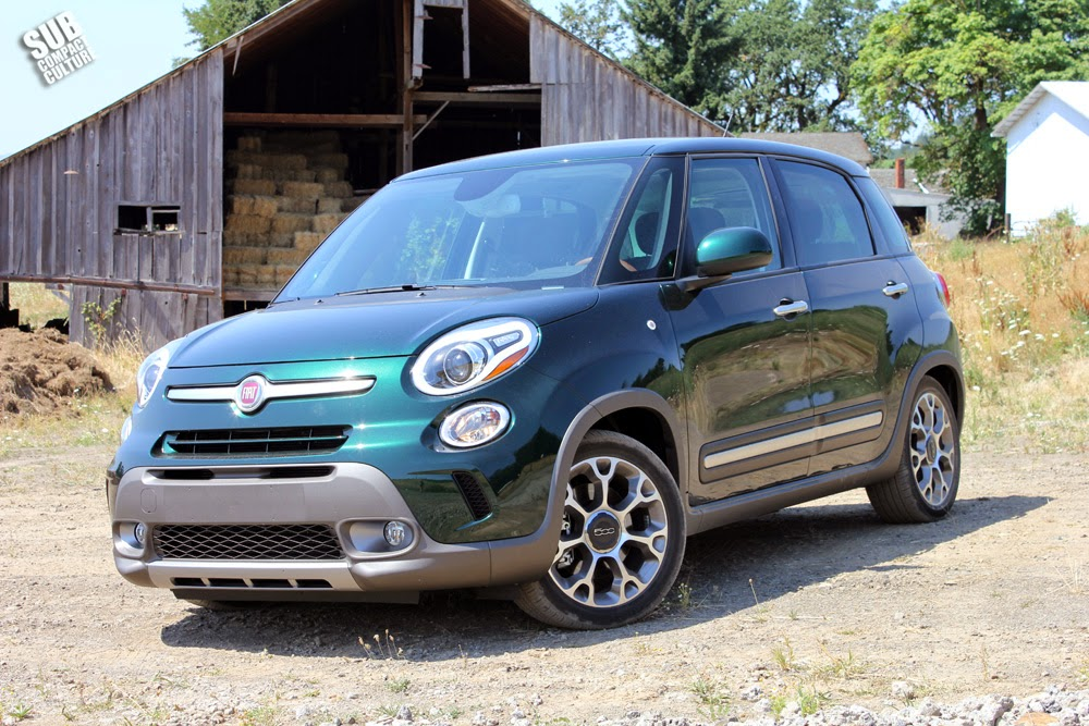 Fiat 500L Trekking in front of barn