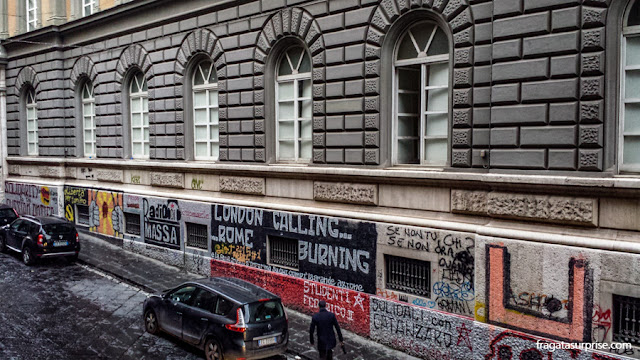 Grafites no Centro Histórico de Nápoles, perto da Universidade