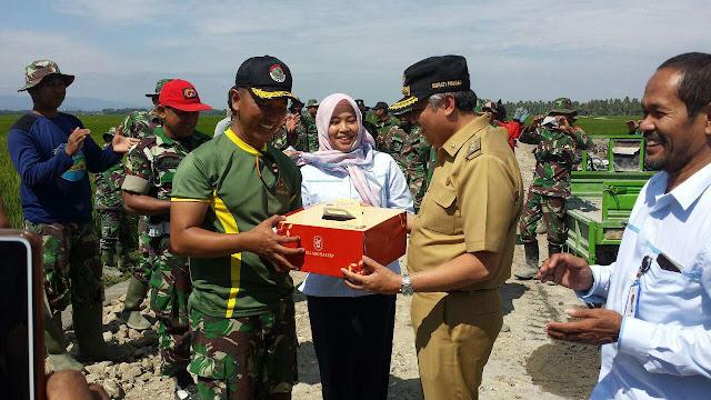 Kunjungi Lokasi TMMD Kodim 1404/Pinrang, Bupati Berikan Suprise ke Orang Ini