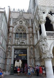 """Palacio Ducal, Puerta """"della Carta""""."""