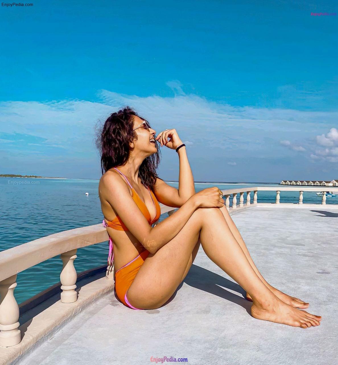 Rakul Preet Singh Bikini Pictures   Cleavage Photos