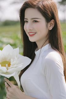 Nàng mẫu 9x diện áo dài đẹp tinh khôi giữa đầm sen trắng