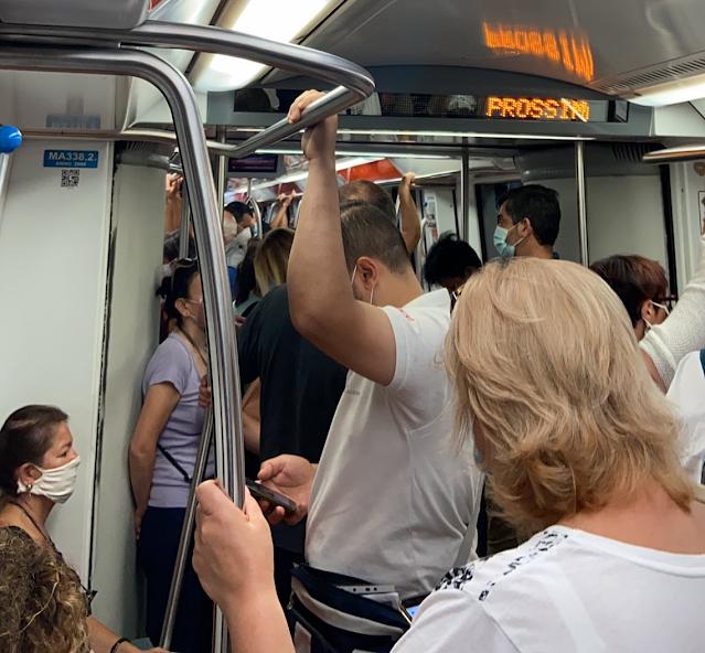 Pericolosi assembramenti sui treni per Roma, cresce l'allarme contagio