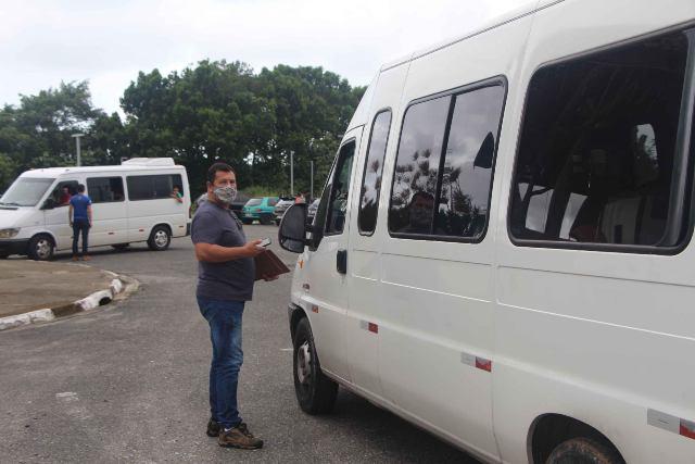 Fiscalização na Ilha coíbe entrada de vans e ônibus que não têm reservas nos meios de hospedagem