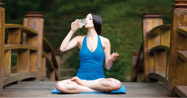 Cách uống nước giúp cho việc tập yoga được hiệu quả