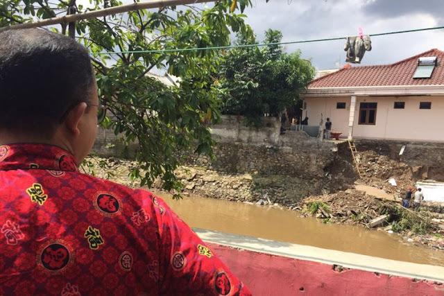 Rumah yang berada di kawasan Matraman Dalam, Jakarta Timur hampir ambrol