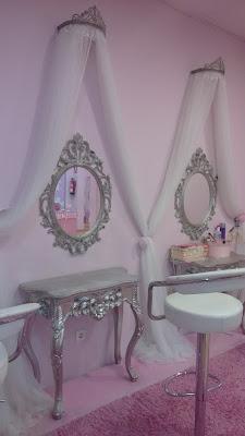 Tocador y espejo con pared rosa de fondo