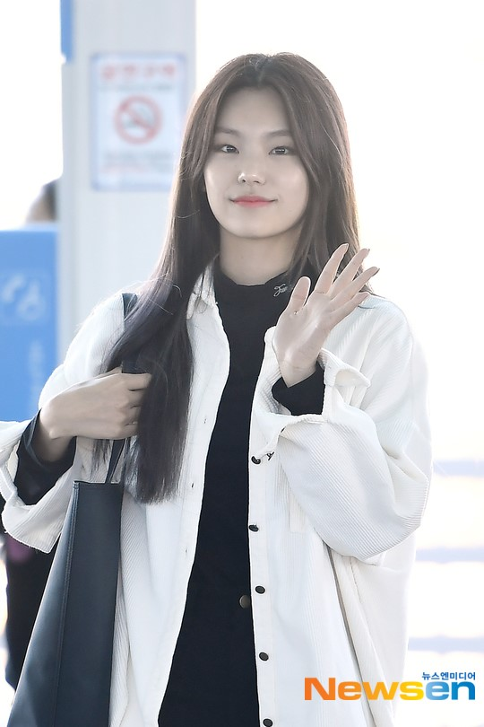 ITZY Yeji showed off her pretty eyes and beautiful smile at Airport!