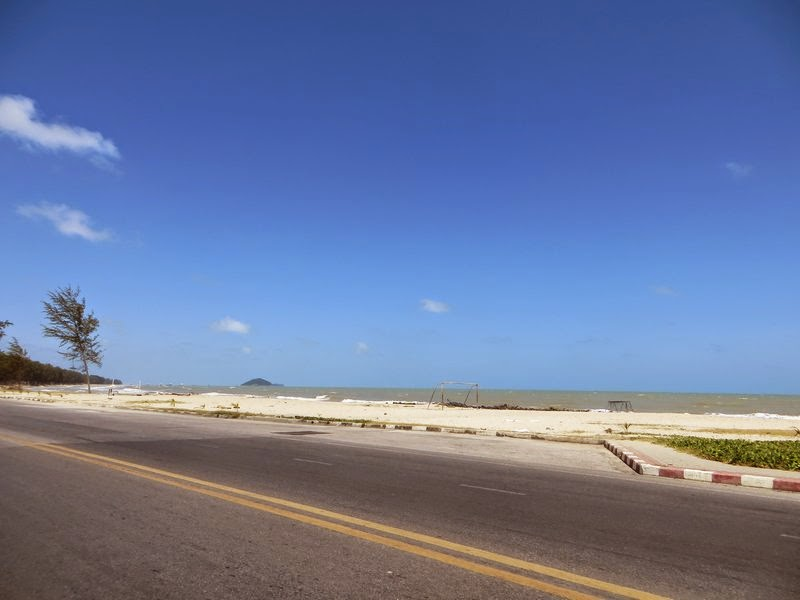 Дорога возле моря