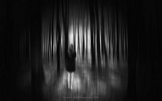Mujer de espaldas en un bosque