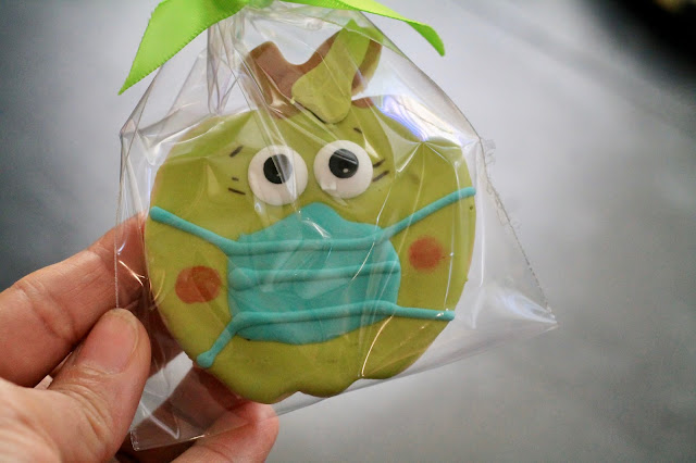 Apple with mask cookie, back to school cookies, back to school, back to school cookies ideas, decorated cookies, apple cookies, teacher's cookies, teacher's appreciation gifts, best decorated cookies, the cookie couture