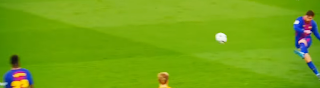 ليونيل ميسي يصوب كرة باتجاه المرمى