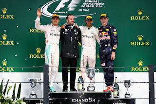 FÓRMULA 1 - Hamilton se estrena en Interlagos en un día infernal de lluvia pero Rosberg se salva el pellejo