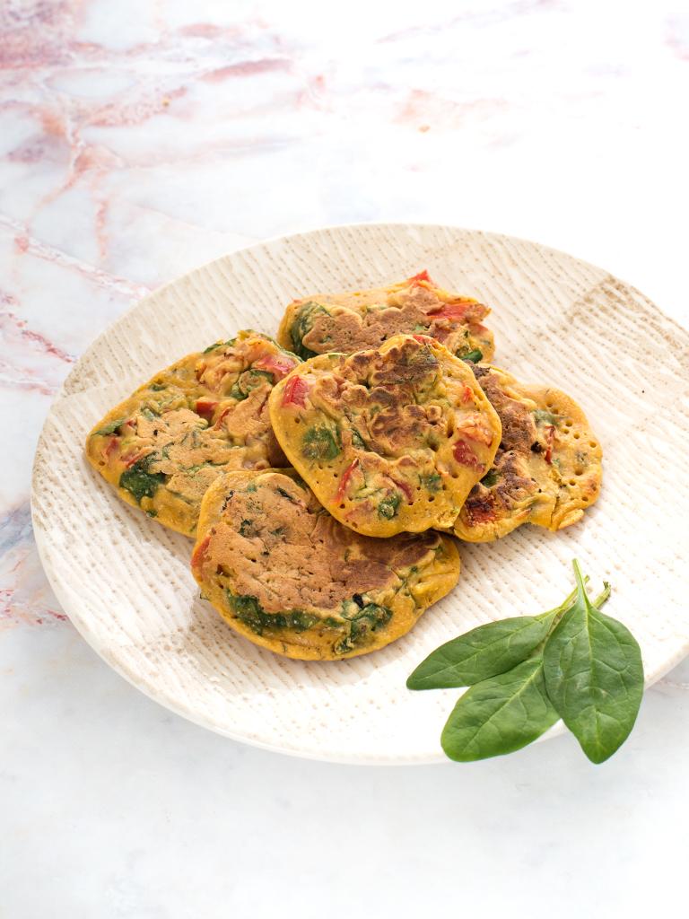 Placuszki z ciecierzycy z papryka i szpinakiem - przepis weganski, bezglutenowy