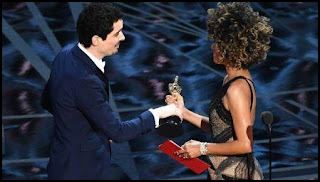 Damien Chazelle y Halle Berry en los Oscars 2017