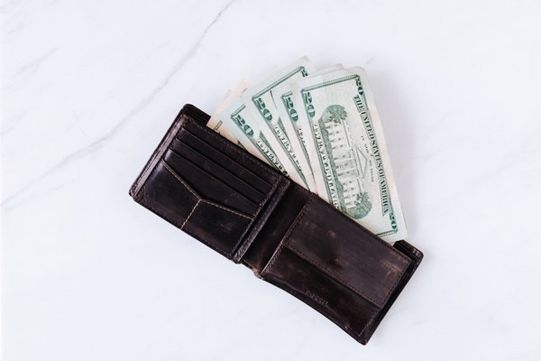 Evident Reasons For Men To Carry A Wallet In Their Pocket