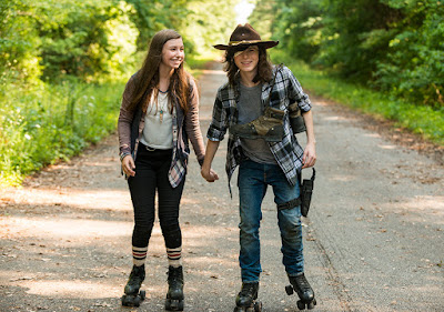 Enid (Katelyn Nacon) e Carl Grimes (Chandler Riggs) pattinano gioiosi