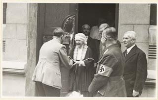 Hermana de Nietzsche Saludando a Hitler