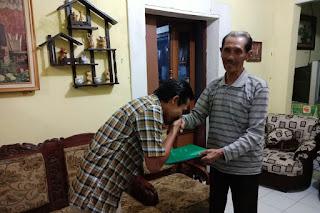 Edi Rusyandi (kiri) silaturahmi kepada Bpk Aman Sudarman (kanan) tokoh Cililin.